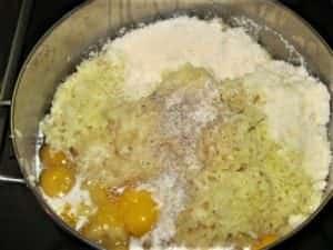 preparazione di piatto unico con patate