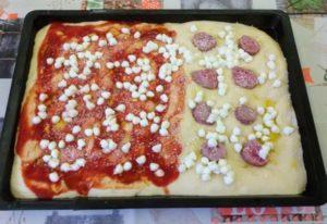 pizza in teglia metà margherita e metà bianca salsiccia e bufala