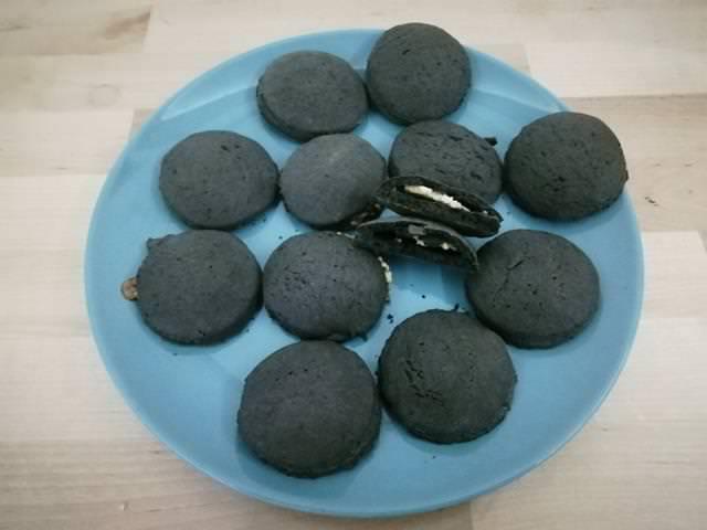 Biscotti ripieni di crema alle mandorle