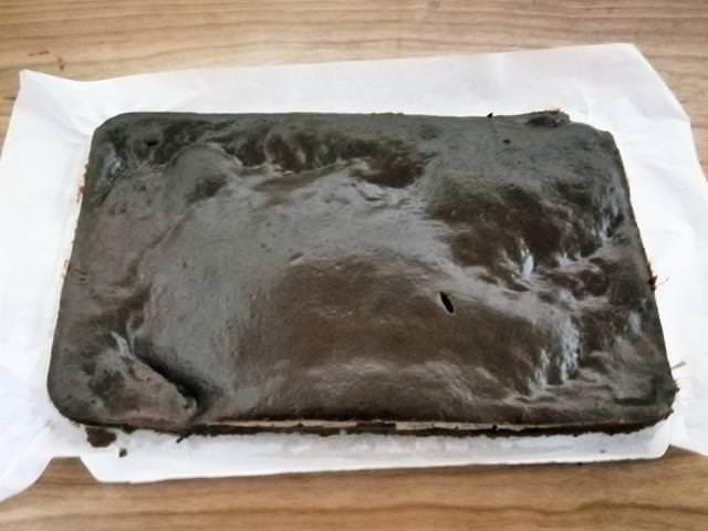 pan di spagna al cioccolato appena sfornato