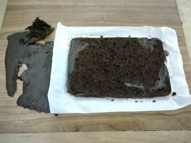 pan di spagna al cacao tagliato a fette
