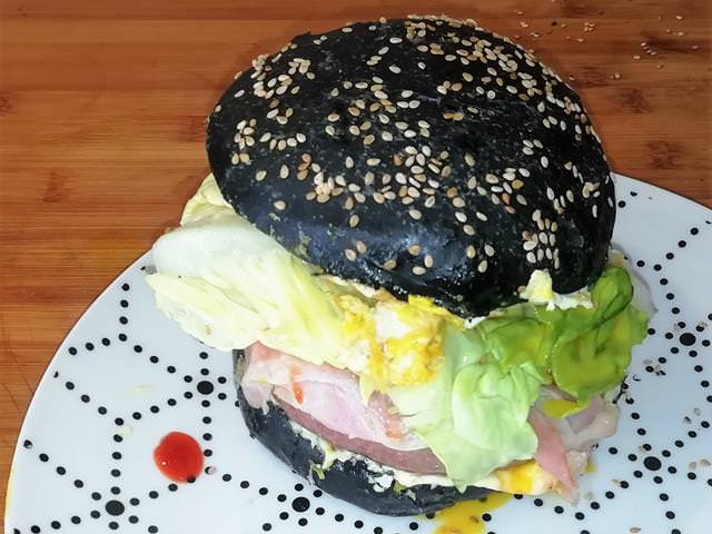panini per hamburger al carbone vegetale estroso