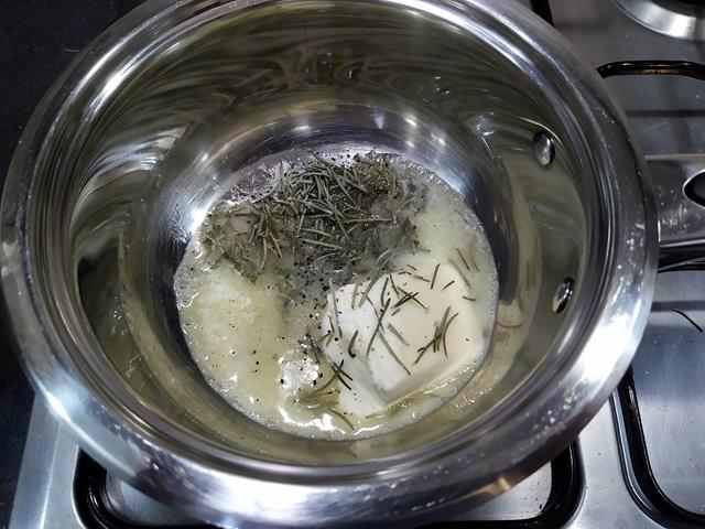 burro aromatizzato al rosmarino